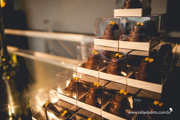 Lembrancinha de chocolate em formato de bolo da Pecan Confeitaria
