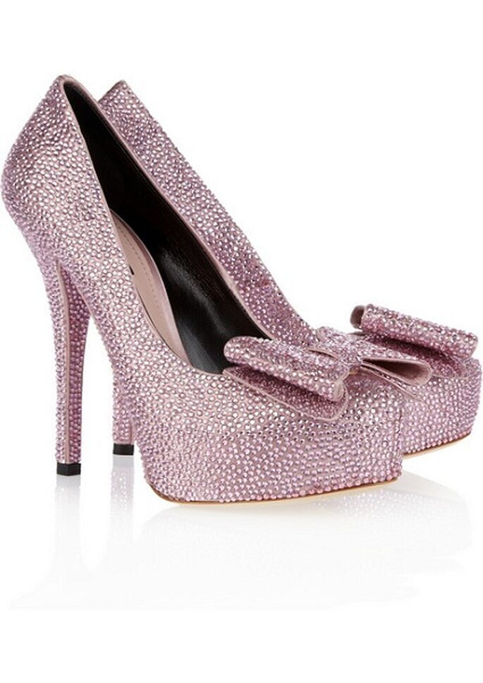Strass rosa, plateau e fiocco per queste scarpe dal tacco svettante di Dolce & Gabbana. Foto: Net - a - Porter