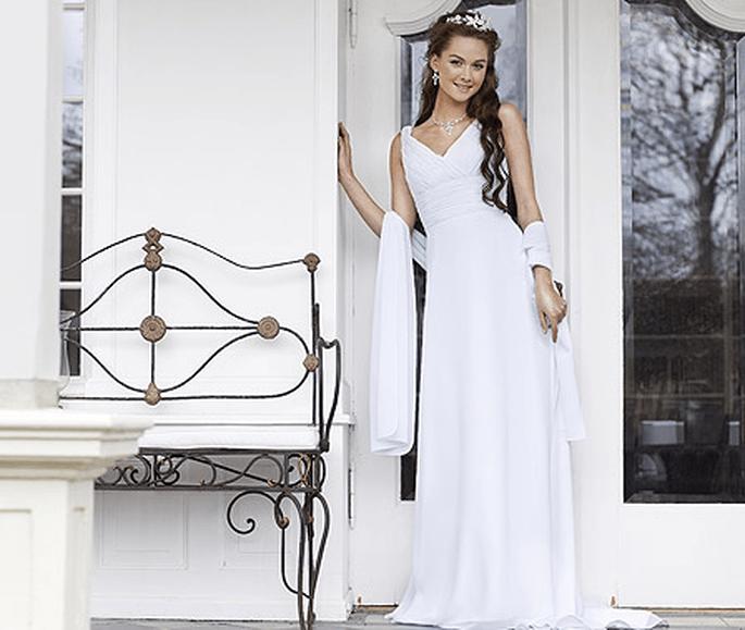 Brautkleid von Lilly aus der Kollektion Pure White 2012. Modell: 08-3105-WH. Preis: EUR 625,00.