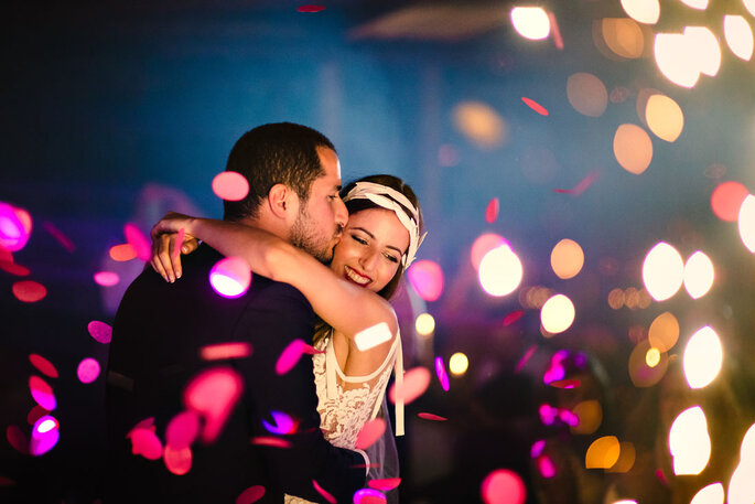 tanzendes verliebtes Brautpaar
