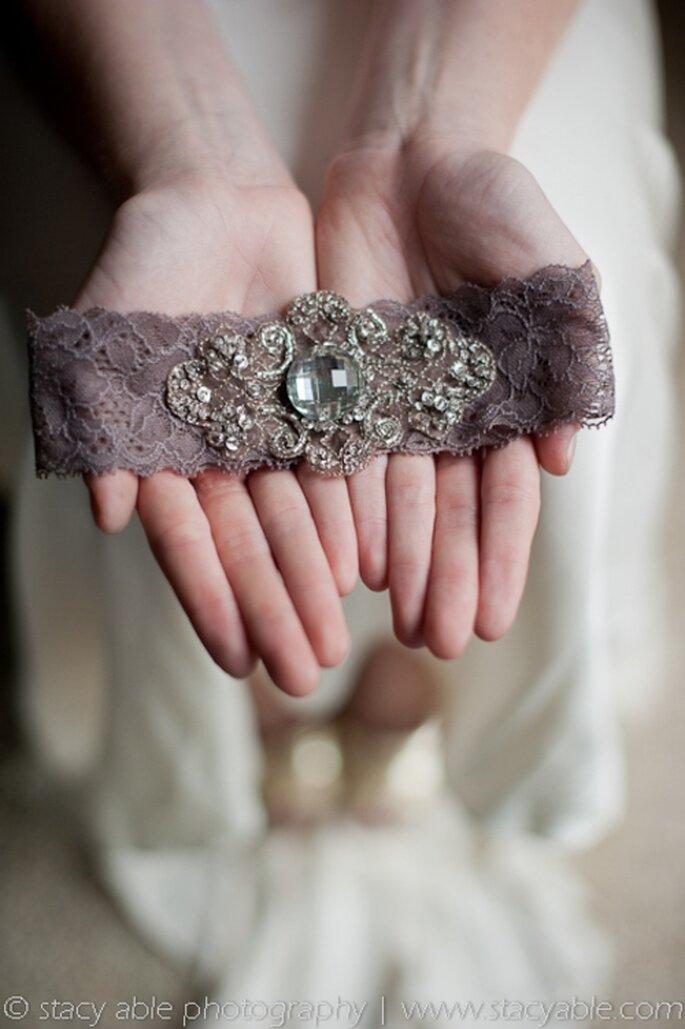 Liguero para novia de encaje morado estilo vintage - Foto Emily Riggs Bridal
