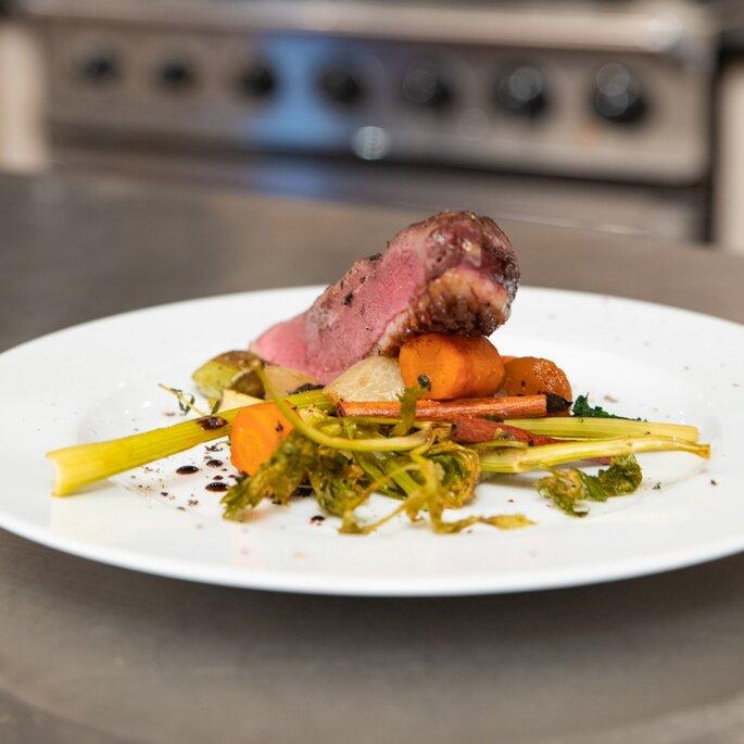 Un morceau de viande disposé sur des légumes - une belle assiette