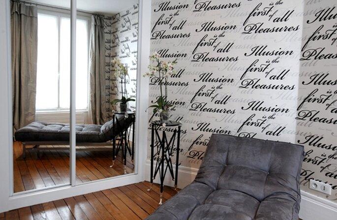 Sala no Hostel Courcelles-Parc, Paris com divã e parede estampada