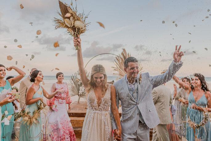 Alegria dos noivos na saída da cerimônia
