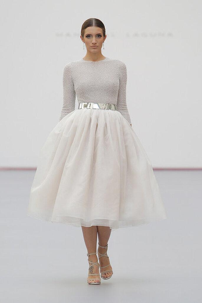 Vestido de noiva para casamento civil com blusa de manga longa bordada, cinto prata e saia volumosa.