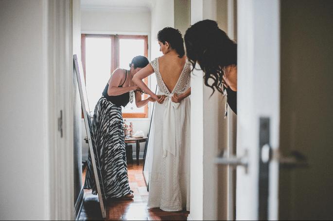 Novia poniéndose su vestido de novia