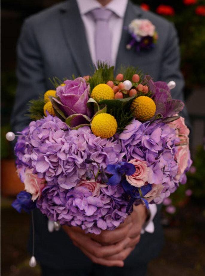 Combinación de flores naturales para un ramo muy colorido, a juego con el boutonniere. Foto: © Juya Photographer