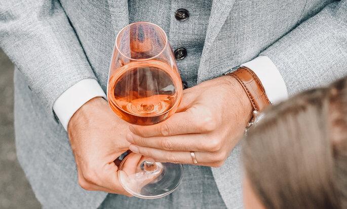 Weinglas in händen