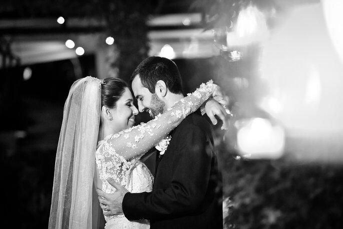 noivos se olham em clima de romance após casamento