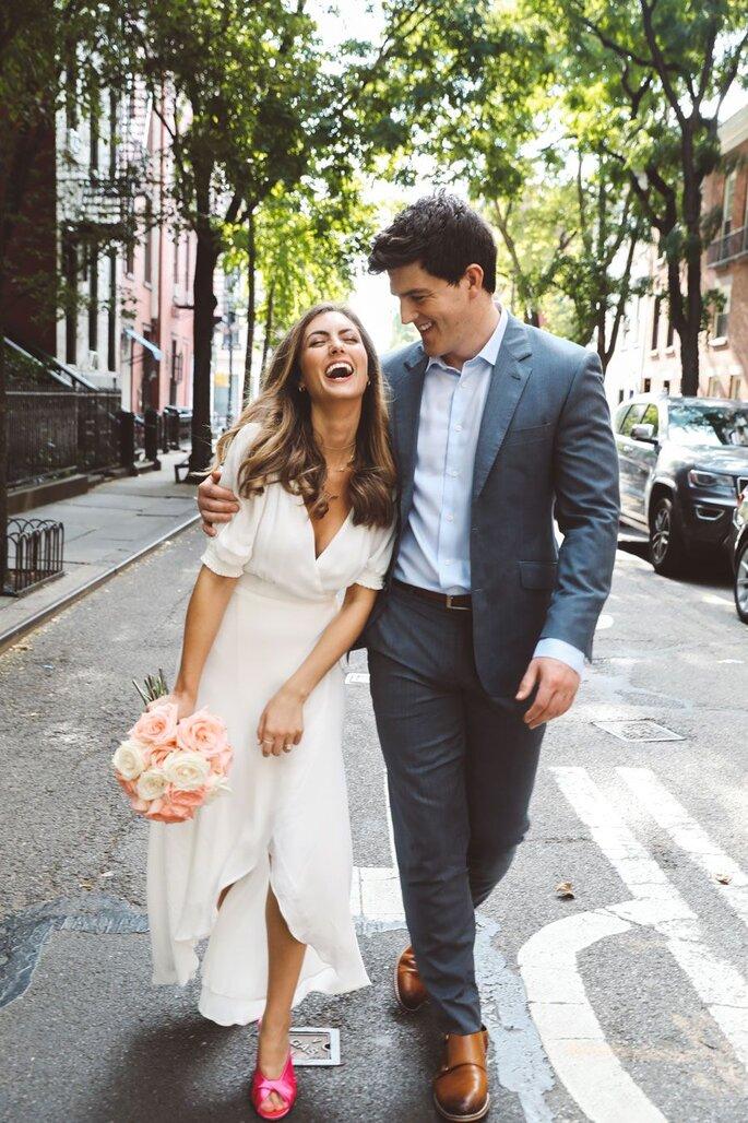 Lachendes Brautpaar auf der Straße