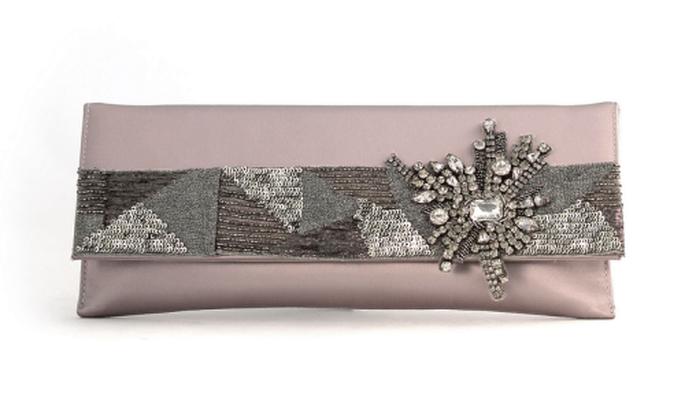 Bolso de fiesta en color rosa pastel con aplicaciones en tono plateado - Foto Aire Barcelona