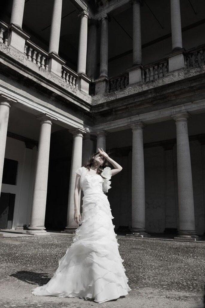 Vestido de novia 2014 en color blanco con superposición de volúmenes en la falda - Foto Alberta Ferretti