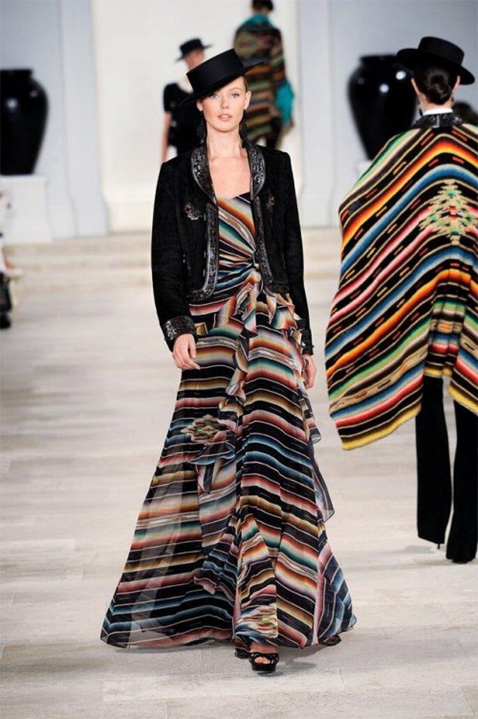 Vestido de colores con tela holgada y saco con inspiración torero en color negro - Foto Ralph Lauren