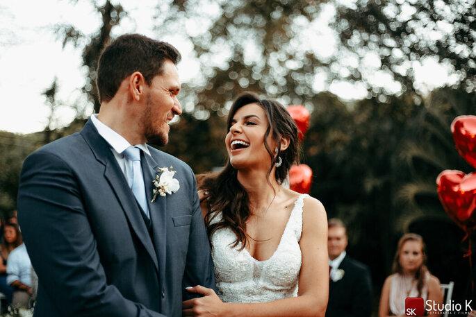 Momento divertido do casal durate a cerimônia