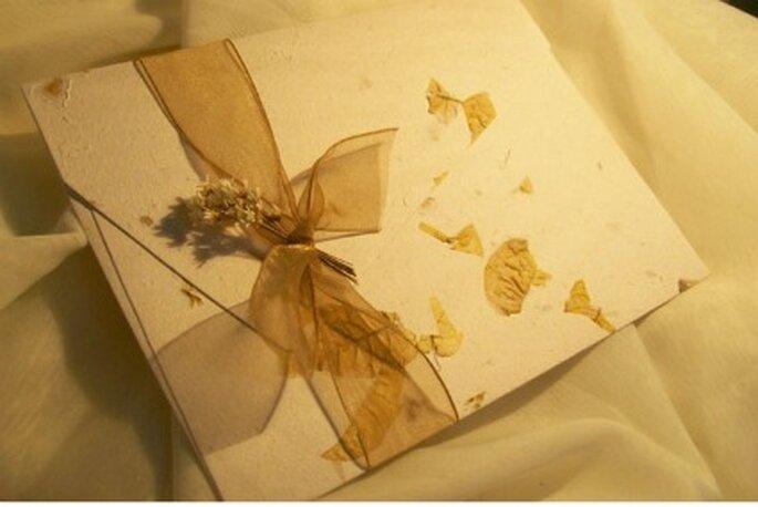 Rústico e chique, o convite de papel reciclado anuncia a sua preocupação com o meio ambiente!