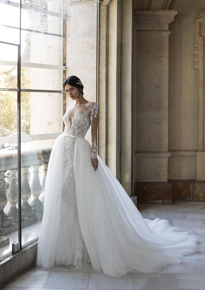 Vestido de noiva com rendas de motivos florais, sobressaia de tule e manga comprida transparente com rendas da Pronovias Privée 2021