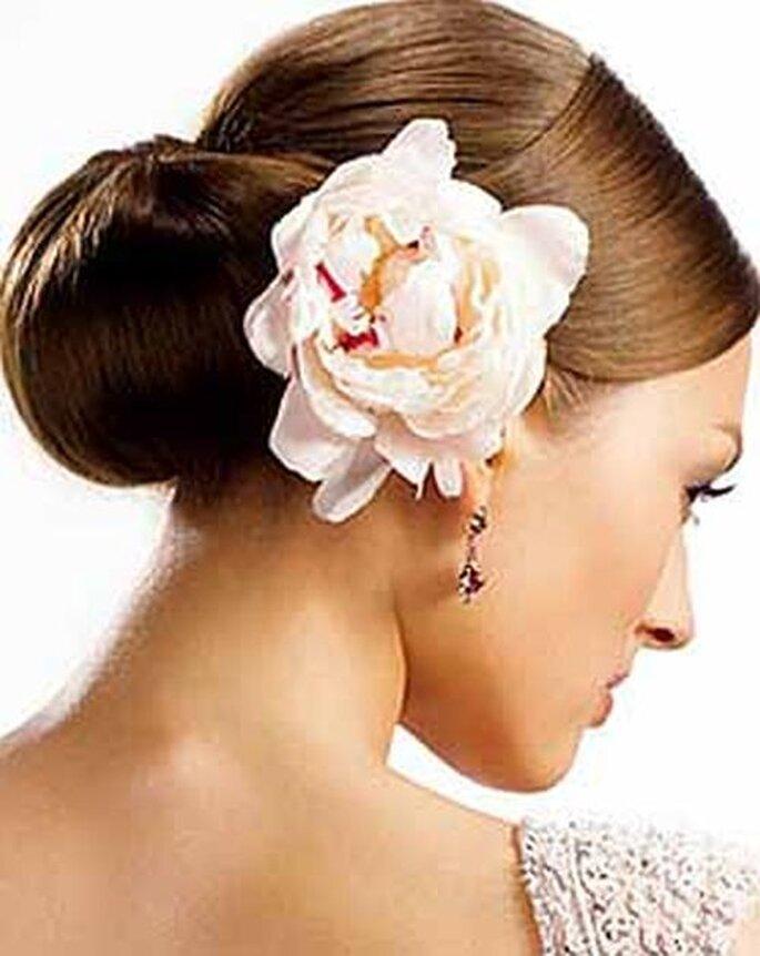Brautfrisur mit Blume sedal.cl