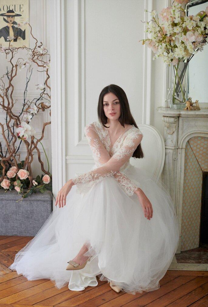 Robe de mariée avec un haut en dentelles et une jupe longue en tulle