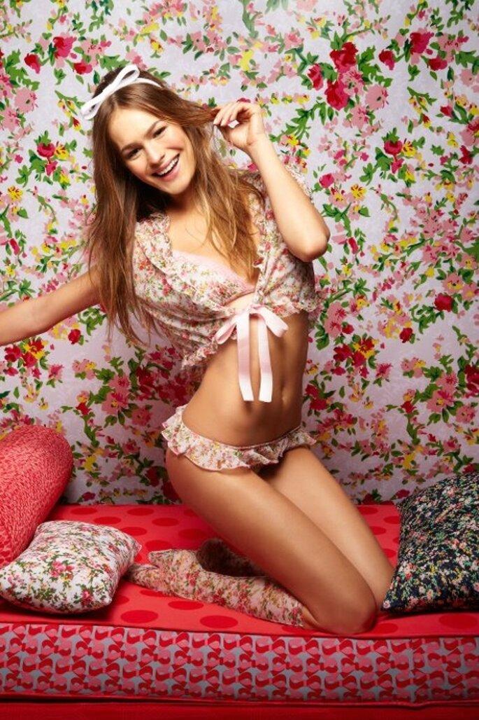 Lenceria femenina con olanes rosa y estampado de flores - Foto Salinas Facebook