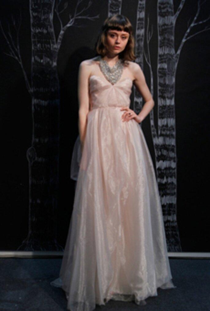 Vestido de novia sencillo en color rosa - Foto Sarah Seven 2013