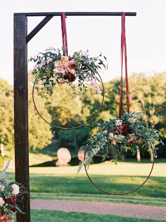 Decoración con aros y coronas de flores
