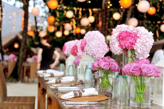 Décoration de table mariage estivale - pivoines roses