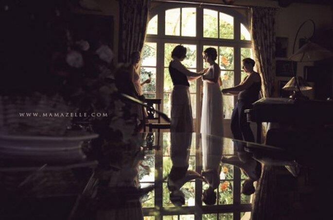 La dama de honor junto con la madre asistirán a la novia en todo momento