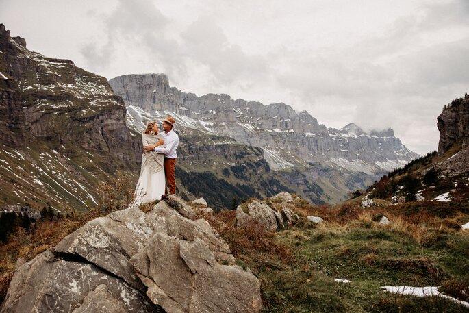 brautpaar steht in den bergen