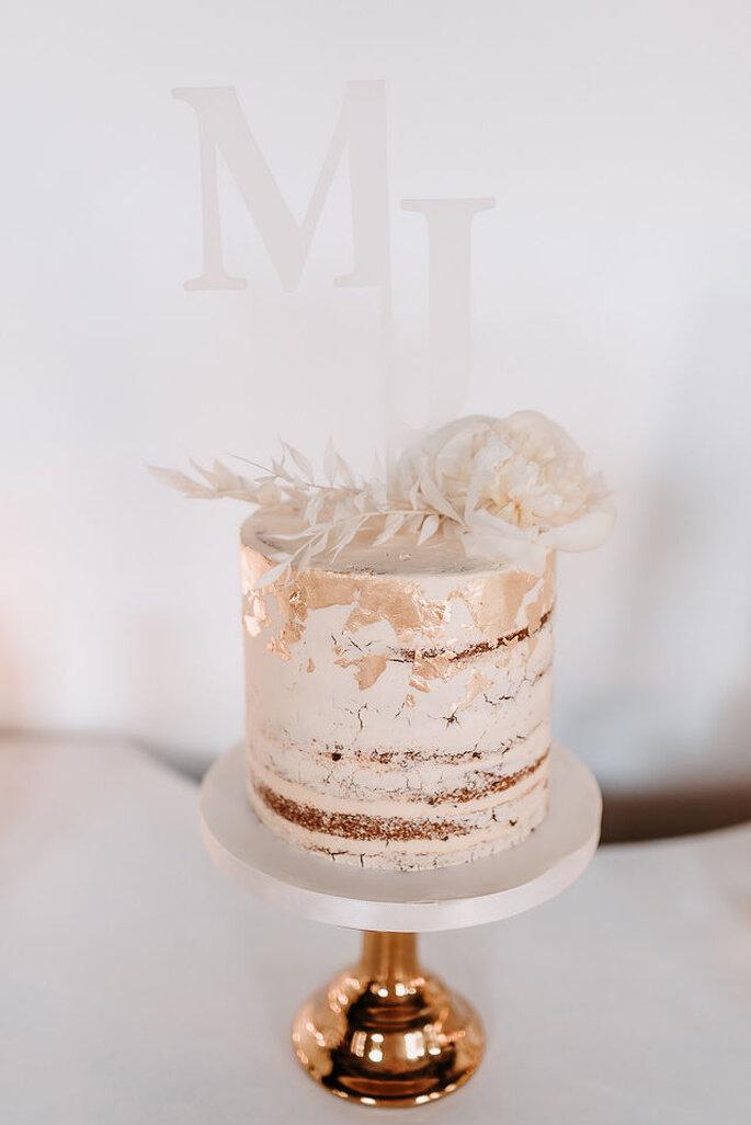 Hochzeitstorte Naked Cake weiss mit Goldelementen
