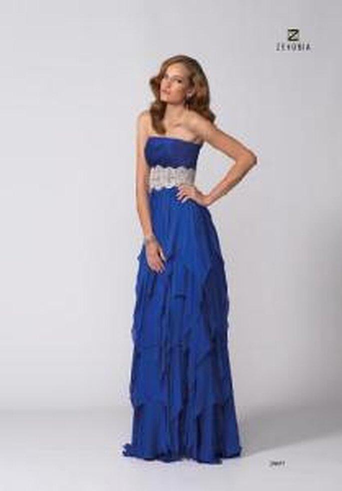 Model Novias 2009 - Vestido largo azul de corte imperio con cinturón en pedrería, escote recto.