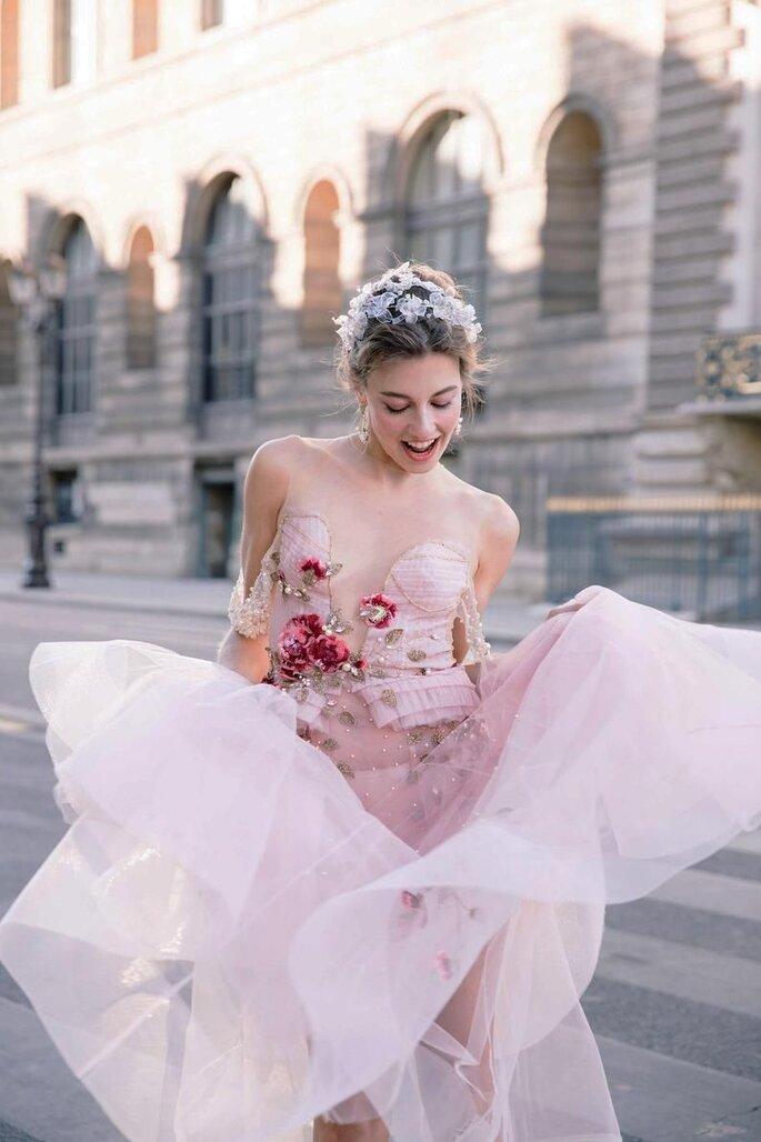 Brautkleid farbig mit Blumenapplikationen