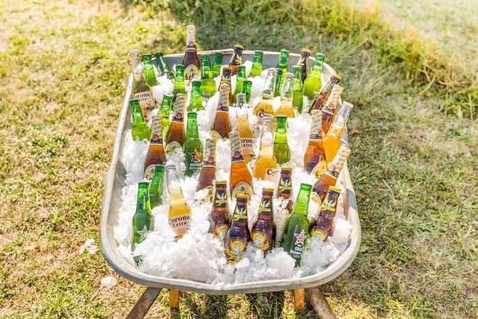 Une brouette en guise de bar à bières dans un mariage champêtre
