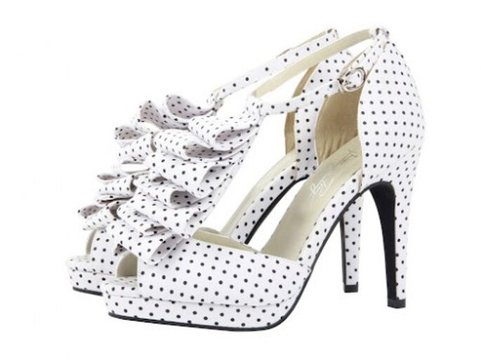 Sandalo bianco con pois neri e rouche sul collo del piede. Foto Shoes of prey