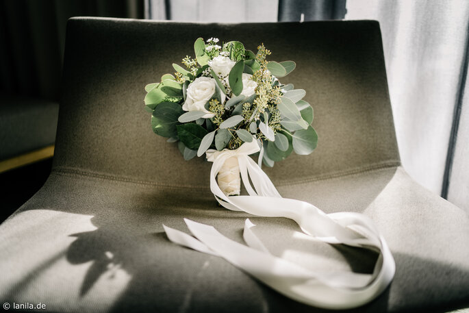Brautstrauß steht auf Sessel