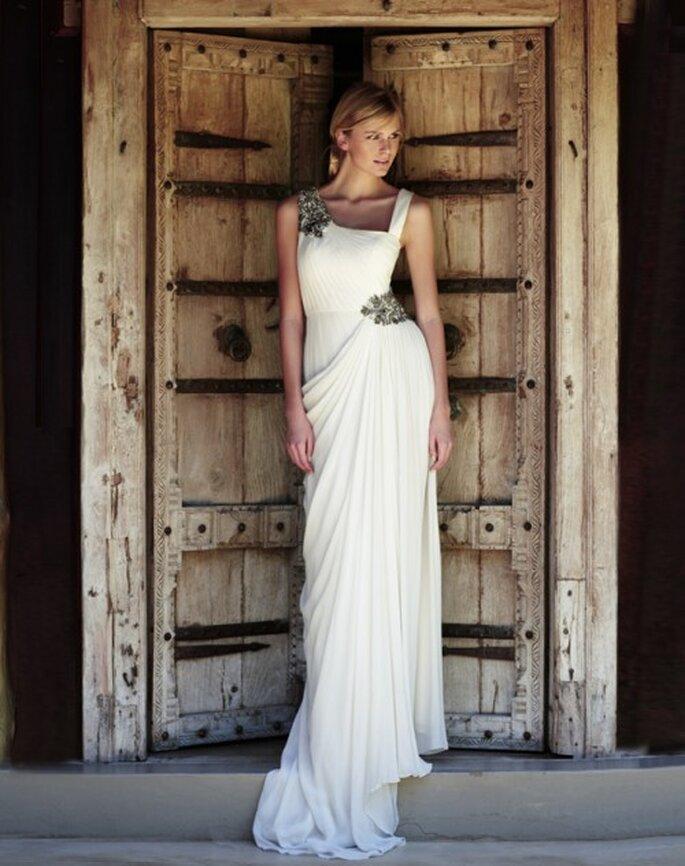 Vestido de novia con accesorios en un hombro y la cadera - Foto Amanda Wakeley