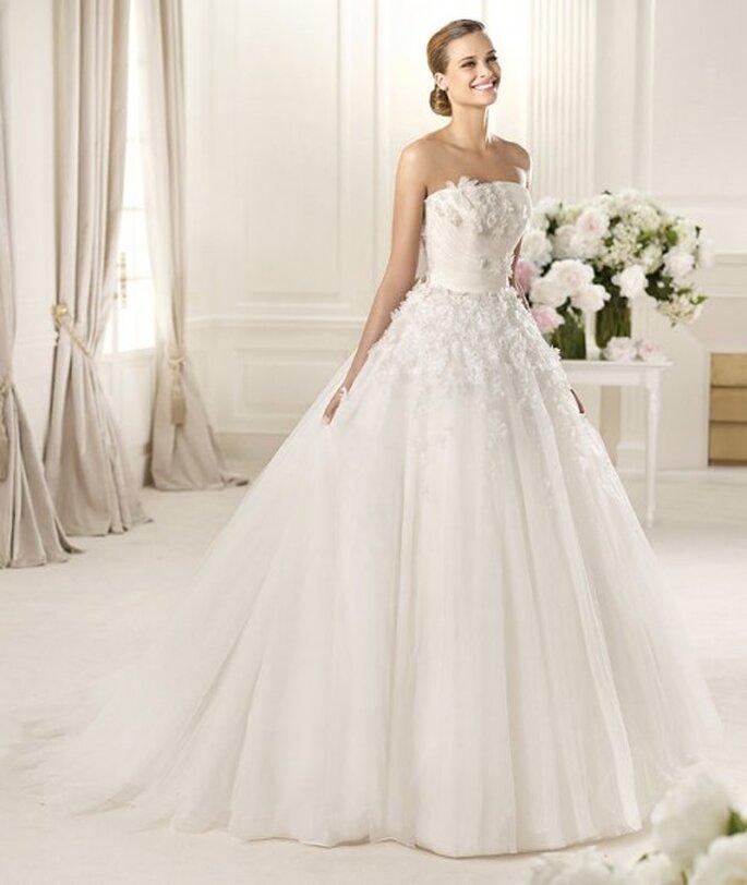 Vestido de novia con tocados florales - Foto Pronovias 2013