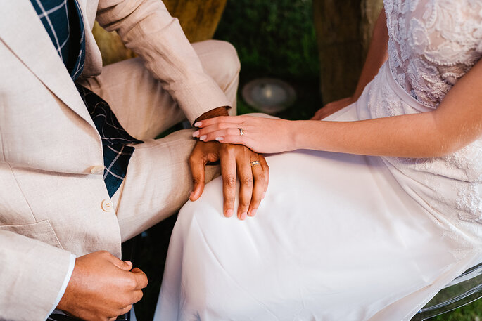 quanto custa um casamento: noivos a dar as mãos