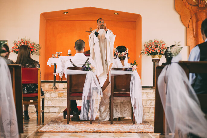 Padre preside matrimonio católico ante los novios