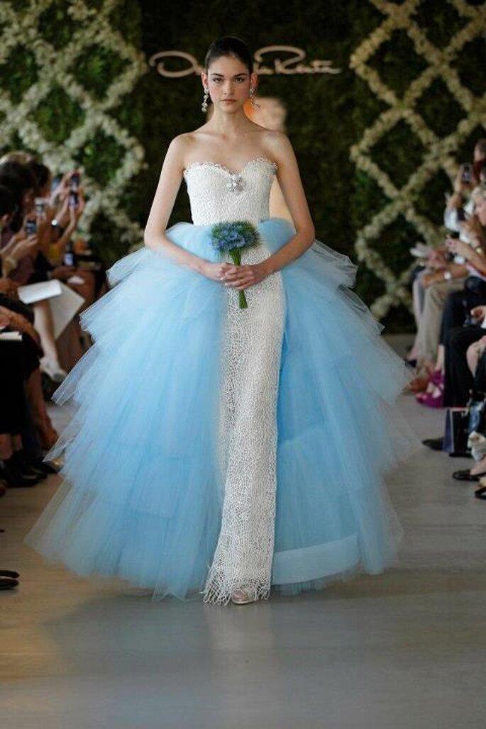Robe de mariée droite avec une cape de tulle bleu - Photo Oscar de la Renta 2013