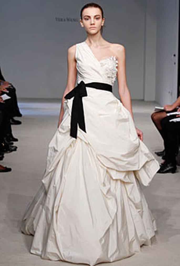 Vera Wang 2010 - Vestido en satén, corte princesa, escote transversal, cinturón negro
