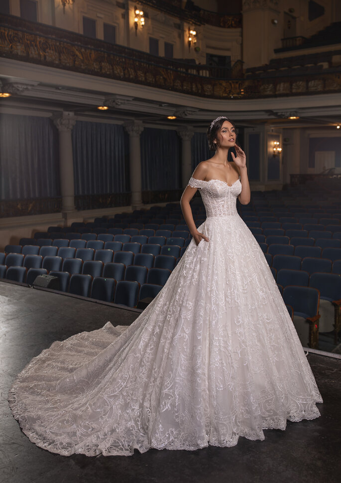 Vestido de noiva de corte princesa com ombros descaídos com intricados bordados e corpo inspirado em lingerie. | Modelo Temple da coleção Pronovias Privée 2021