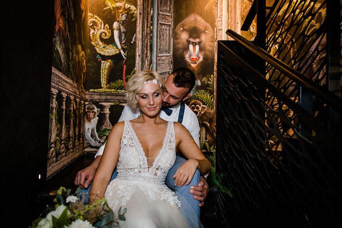 Ein Brautpaar sitzt im historischen Treppenhaus des Hotels K7.