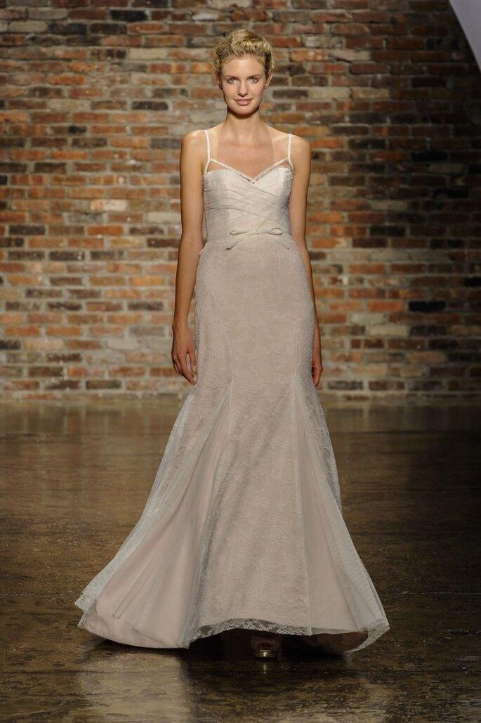 Vestido de novia con tirantes discretos, detalle de moño en la cintura y escote pronunciado - Foto Hailey Paige