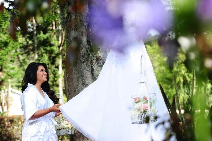 Novia posando con su vestido de novia