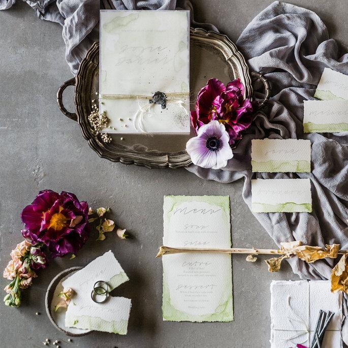Elegante und edle Hochzeitspapeterie in hellem Grün Aquarell mit Kalligrafie