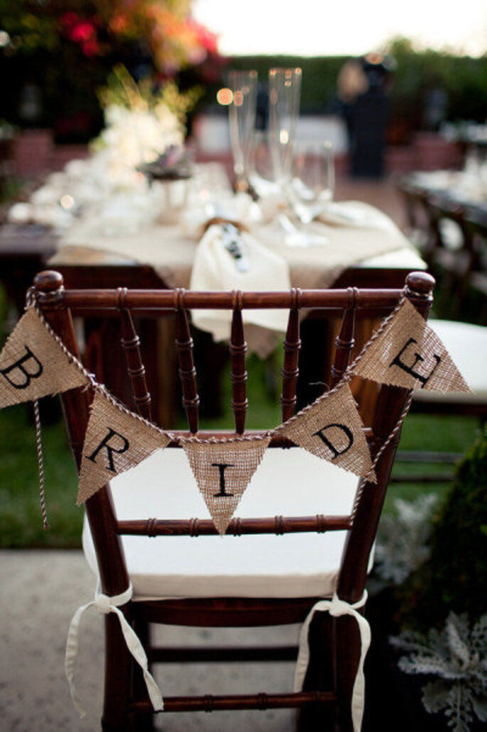 Accessoirisez les chaises de votre mariage. -Source : Style Me Pretty