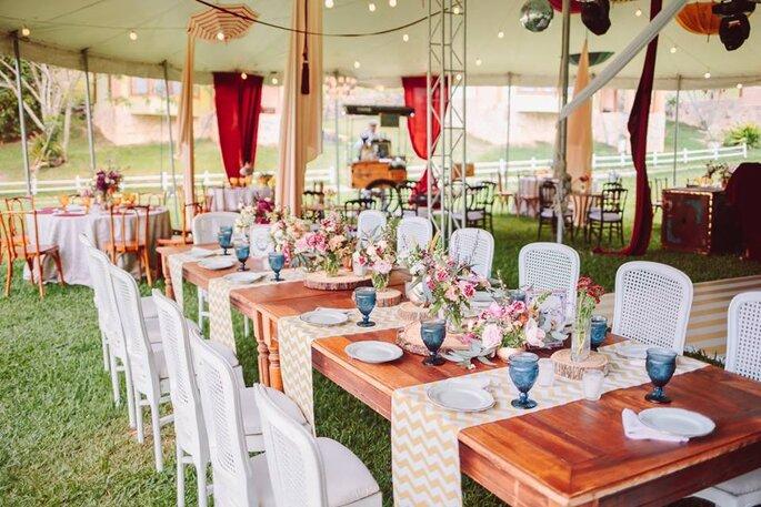 Mesa comunitária com passadeiras e arranjos pequenos em mini wedding