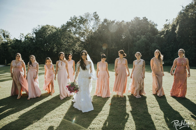 Foto de Noiva e madrinhas em tons de rosé / salmão no campo