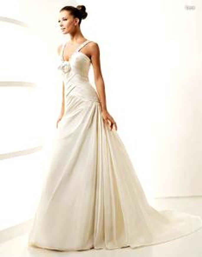La Sposa 2010 - Lara, langes Kleid mit diagonalen Linien, strassverzierter V-Ausschnitt