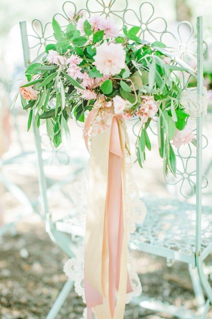 Magnifica los acentos en color rosa en las sillas del banquete - Foto Avec L'Amour Photography